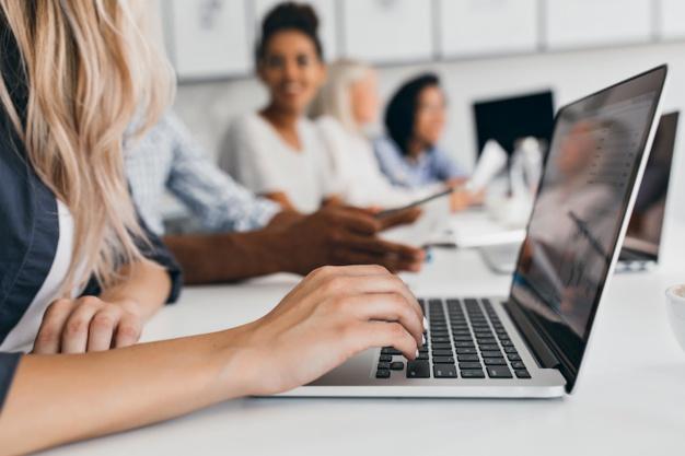 mulher digitando no computador no serviço